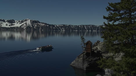 The-beautiful-shores-of-Crater-Lake-Oregon-2