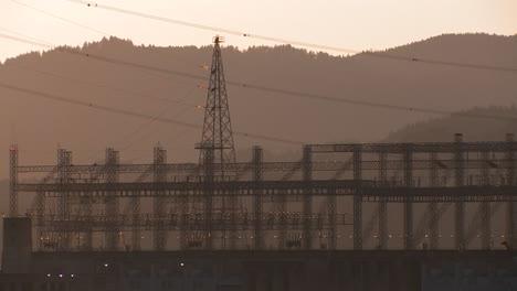 Líneas-Eléctricas-De-Alta-Tensión-A-La-Luz-Del-Atardecer
