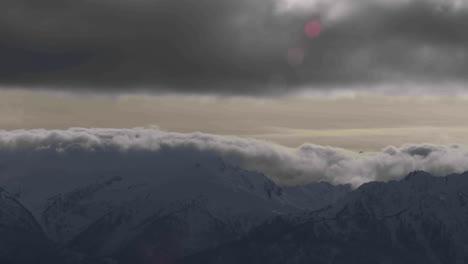 Una-Hermosa-Foto-De-Lapso-De-Tiempo-De-Niebla-Y-Nubes-Rodando-Sobre-La-Cima-De-Una-Cordillera