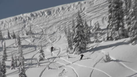 Un-Esquiador-Esquiando-A-Través-De-La-Nieve-Profunda-En-El-Campo