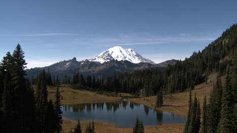 A-beautiful-snowcapped-mountain-in-the-Pacific-Northwest