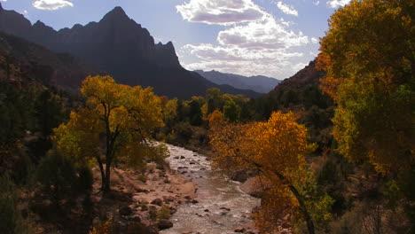 Ein-Fluss-Fließt-Durch-Einen-Schönen-Herbstwald-2