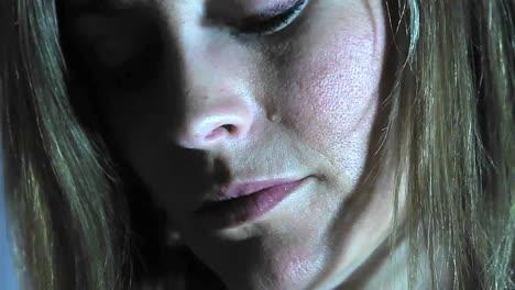 Eine-Träne-Fällt-Einer-Frau-Ins-Gesicht
