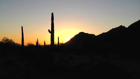 Time-lapse-of-the-sun-setting-on-a-desert-scene-
