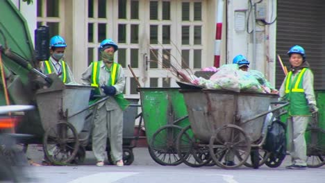 Garbage-collectors-clean-up-the-streets-in-Vietnam