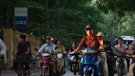 Las-Motos-Se-Mueven-A-Lo-Largo-De-Una-Carretera-En-La-Ciudad-De-Ho-Chi-Minh-Vietnam