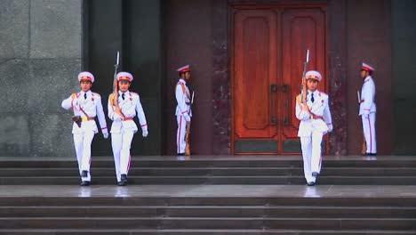 Los-Soldados-Marchan-En-Formación-Fuera-De-La-Tumba-De-Ho-Chi-Minh-En-Hanoi-Vietnam