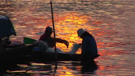 Vietnamese-fishermen-head-out-in-their-canoe-at-dusk