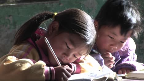 Children-practice-writing-in-a-rural-classroom-in-China