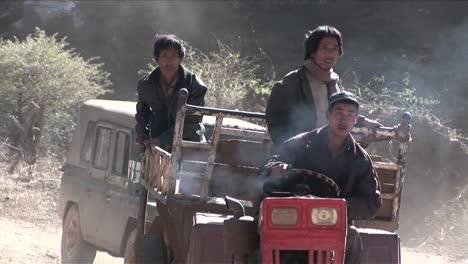 Los-Hombres-Conducen-Un-Tractor-Primitivo-A-Través-De-Un-Paisaje-Rural-En-China