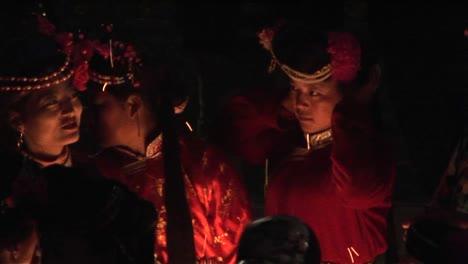 Chinos-étnicos-Se-Reúnen-Alrededor-De-Un-Fuego-Por-La-Noche-Para-Una-Ceremonia-1