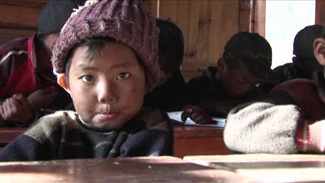 Los-Niños-Chinos-Estudian-Mucho-En-Una-Escuela-Rural-1