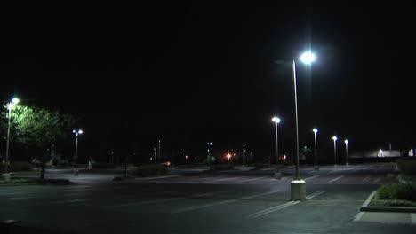 Ein-Leerer-Parkplatz-In-Der-Nacht
