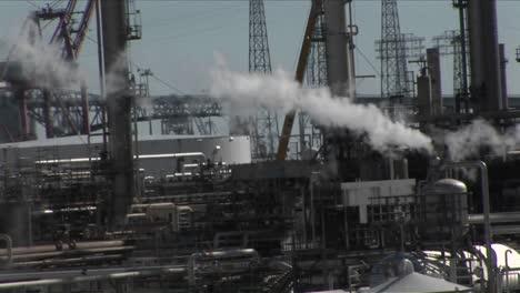 Dampf-Steigt-Aus-Einem-Industriegebiet
