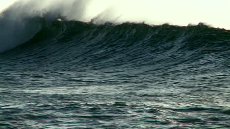 Large-waves-crest-and-break-1