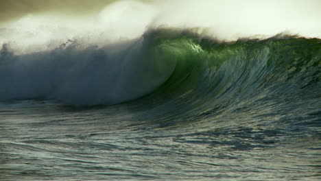 Large-waves-crest-and-break-in-slow-motion