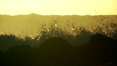 Große-Wellen-Wenn-Sie-Sich-Bei-Sonnenuntergang-In-Zeitlupe-Krümmen-Und-Brechen-3