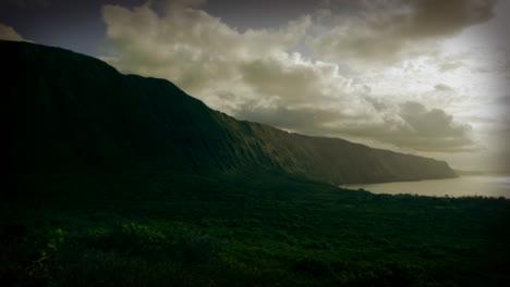 Hermosas-Nubes-En-El-Lapso-De-Tiempo-Fluyen-Sobre-Escarpados-Acantilados-En-Hawaii