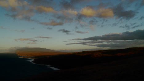 Hermosas-Nubes-En-El-Lapso-De-Tiempo-Fluyen-Sobre-Escarpados-Acantilados-En-Hawaii-1