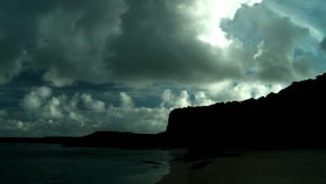 Hermosas-Nubes-En-El-Flujo-De-Lapso-De-Tiempo-Sobre-Escarpados-Acantilados-En-Hawaii-2