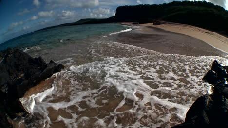 Meereswellen-Rollen-In-Dieser-Fisheye-Objektivaufnahme-In-Einen-Hawaiianischen-Strand