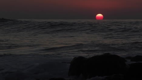 Time-lapse-shot-of-sun-setting-behind-ocean-waves