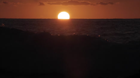 Time-lapse-shot-of-sun-setting-behind-ocean-waves-1