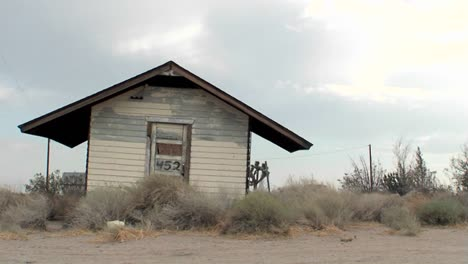 An-old-building-stands-abandoned-in-the-desert