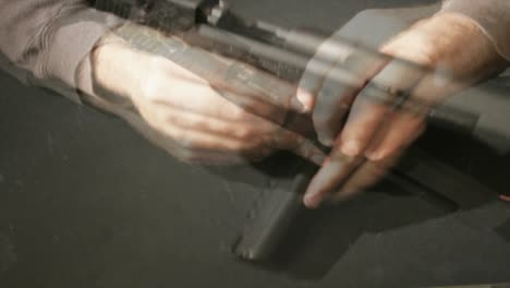 Eine-Zeitrafferaufnahme-Eines-Mannes-Der-Eine-Waffe-Montiert-Und-Demontiert-Die-Für-Terror-Verwendet-Wird