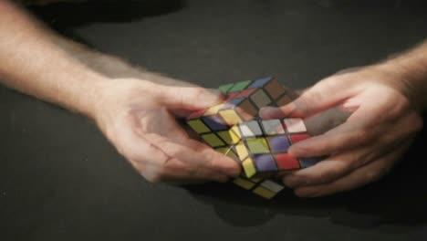 Un-Lapso-De-Tiempo-De-Manos-Resolviendo-Un-Rompecabezas-Del-Cubo-De-Rubik-