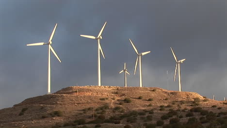 Windmills-turn-slowly-in-the-sunset-light-and-generate-power-on-a-hillside-in-california