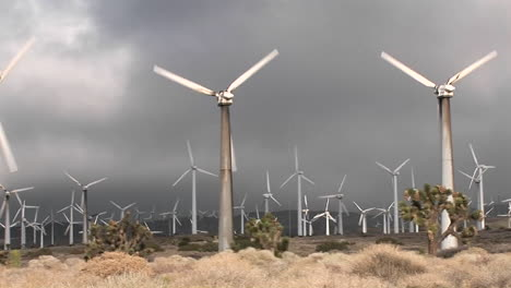 Pan-A-Través-De-Molino-De-Viento-Que-Genera-Energía-Eléctrica-En-Una-Ladera-En-California