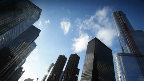 Nubes-Moviéndose-Sobre-Una-Gran-Ciudad
