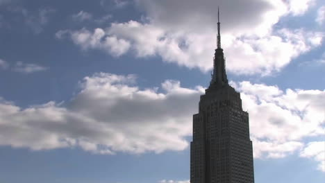 Clouds-roll-pass-the-Empire-State-Building-