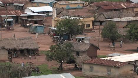La-Gente-De-Un-Pequeño-Pueblo-Africano-Realiza-Sus-Actividades-De-La-Tarde