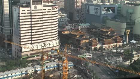 Video-De-Lapso-De-Tiempo-De-Una-Grúa-De-Construcción-Y-Una-Concurrida-Intersección-De-La-Ciudad-En-Tokio-Japón