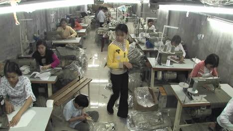 Frauen-In-Einer-Kleinen-Fabrik-Die-Kleidung-Näht