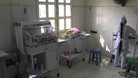 Enfermera-Cuidando-A-Un-Bebé-Recién-Nacido-En-El-Centro-De-Maternidad-De-Un-Hospital-Del-Tercer-Mundo-En-China