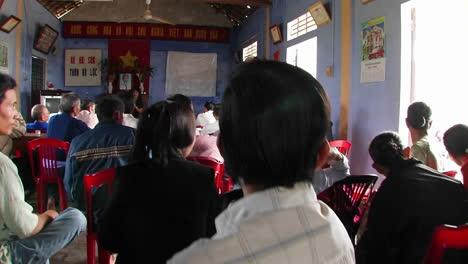 Una-Mujer-Hablando-Vietnamita-Frente-A-Una-Audiencia-Sentada