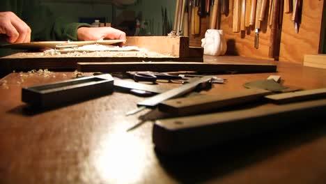 Hände-Führen-Bei-Ihm-Mit-Hilfe-Eines-Werkzeugs-Tischlerarbeiten-Durch