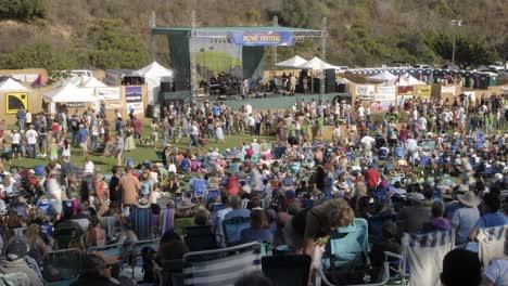 Lapso-De-Tiempo-De-Una-Multitud-En-Un-Concierto-Al-Aire-Libre-En-Ventura-California