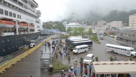 Time-lapse-of-passengers-disembarking-from-a-cruise-ship-in-Juneau-Alaska