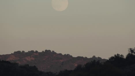 Time-lapse-of-full-moon-rising-over-a-landscape-in-Oak-View-California