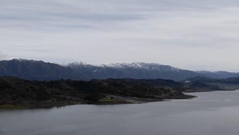 Lapso-De-Tiempo-De-Nubes-Que-Soplan-Sobre-El-Lago-Casitas-Y-Las-Montañas-De-Santa-Ynez-En-Ojai-California