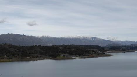 Lapso-De-Tiempo-De-Nubes-Sobre-El-Lago-Casitas-Y-Las-Montañas-De-Santa-Ynez-En-Ojai-California