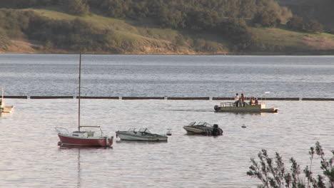 Barco-Saliendo-Del-Puerto-En-El-Lago-Casitas-Zona-Recreativa-En-Oak-View-California