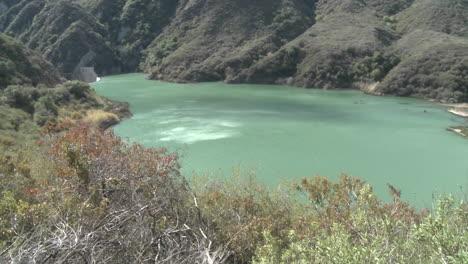 Panorámica-Amplia-Vista-Del-Agua-Detrás-De-La-Presa-De-Matilija-En-Ojai-California