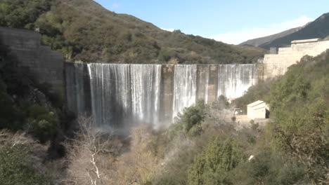 Amplio-Alejamiento-Del-Agua-Que-Se-Derrama-Sobre-La-Presa-De-Matilija-Después-De-Una-Lluvia-En-Ojai-California