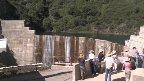 Vista-Lateral-Del-Agua-Que-Se-Derrama-Sobre-La-Presa-De-Matilija-Durante-Una-Visita-Guiada-En-Ojai-California