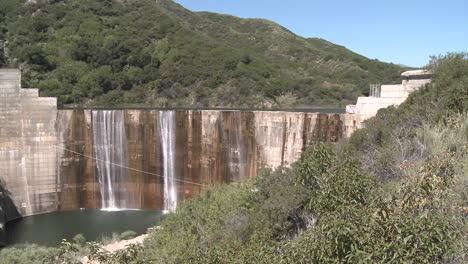 Pan-Vista-Frontal-Del-Agua-Que-Se-Derrama-Sobre-La-Presa-De-Matilija-En-Ojai-California